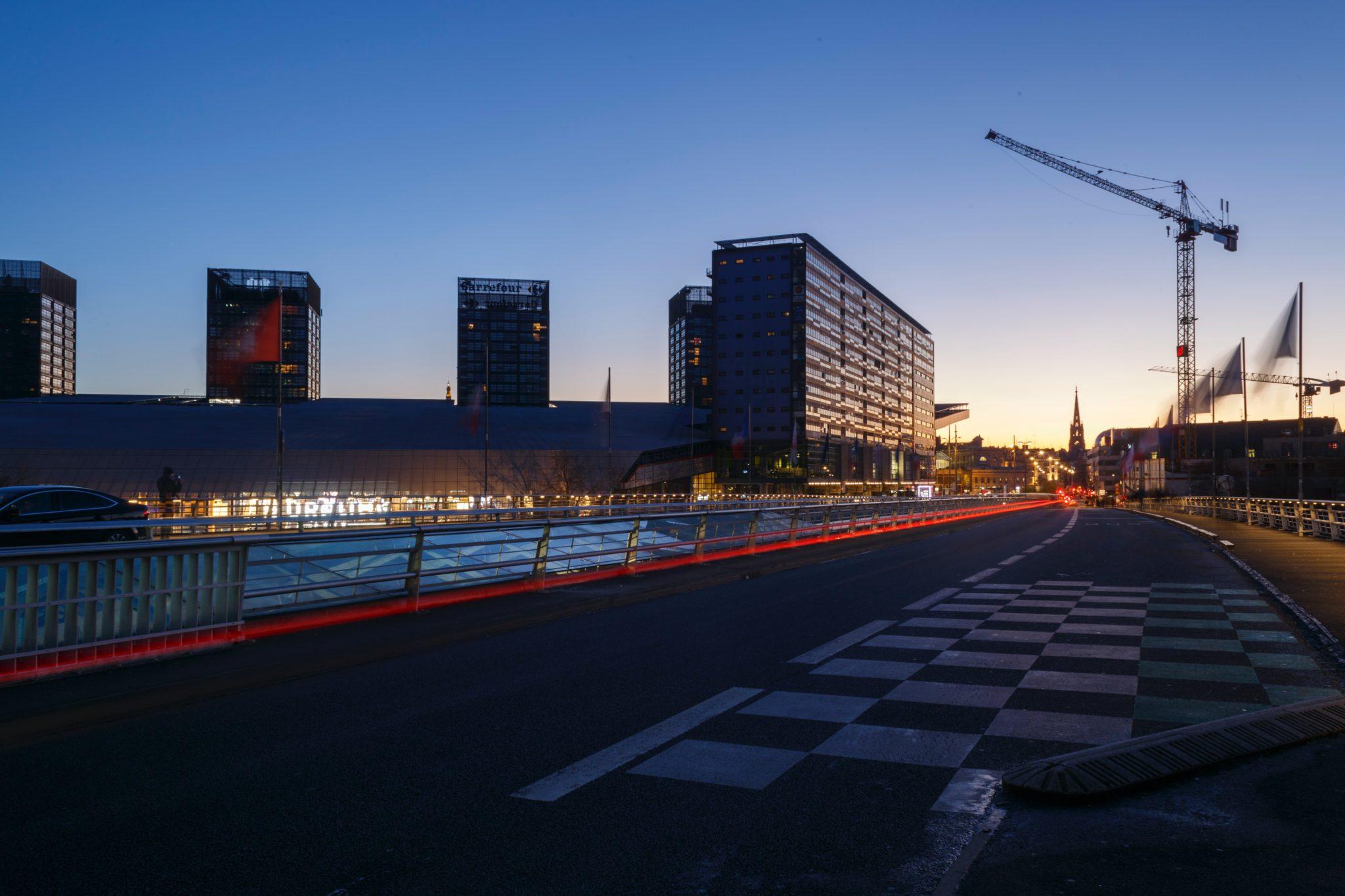 Sur l'ensemble du territoire de la métropole lilloise, le Vieux-Lille et Wazemmes sont évidemment des quartiers plébiscités parmi les 12 de la ville. Et cela depuis de nombreuses années. Aujourd'hui, la surprise vient des quartiers historiquement populaires qui connaissent une étonnante attractivité, du fait du renouvellement progressif de leur population et de projets. Lire.